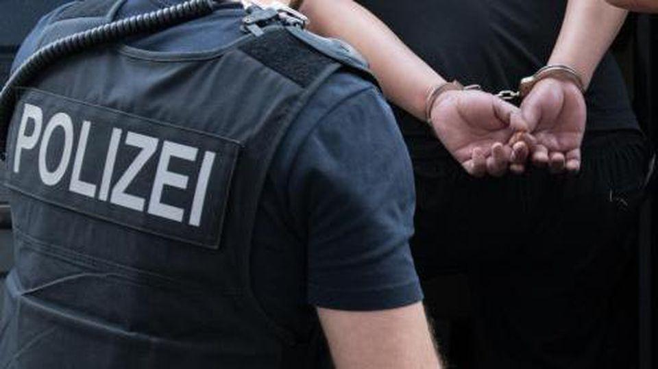 Beamte der Bundespolizei führen einen festgenommenen Mann ab. Foto: Paul Zinken/Archiv