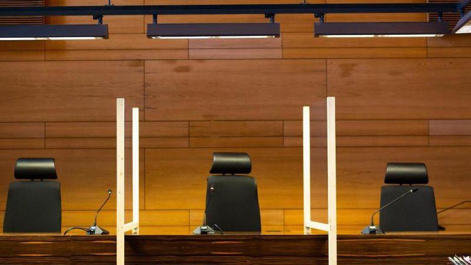 Trennwände stehen zwischen den Plätzen der Richter im Saal IV des Landgerichts Freiburg. Foto: Philipp von Ditfurth/dpa