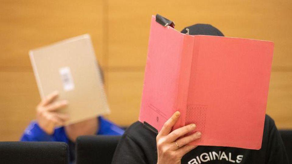 Die beiden Angeklagten sitzen im Verhandlungssaal im Bielefelder Landgericht. Beide erhielten lebenslange Haftstrafen. Foto: Friso Gentsch