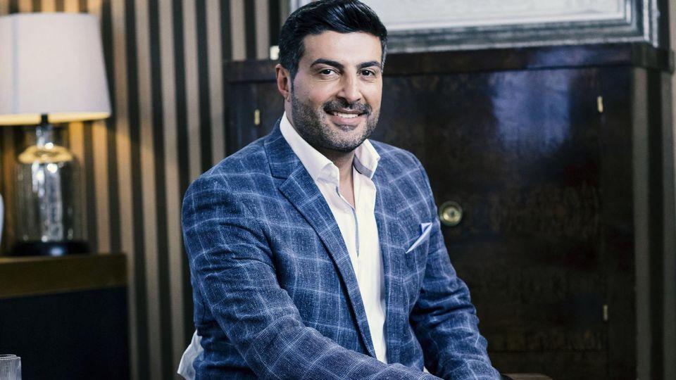 """Moderator Sükrü Pehlivan steht den Verkäufern bei """"Die Superhändler"""" zur Seite."""