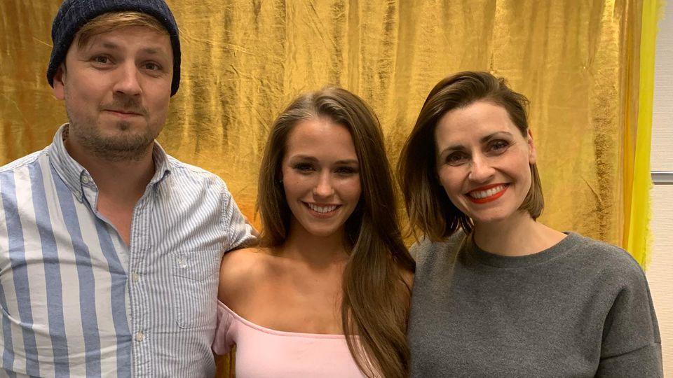 """Martin Tietjen und Bella Lesnik interviewen """"Let's Dance""""-Kandidatin Laura Müller (Mitte) für den offiziellen """"Let's Dance""""-Podcast bei AUDIO NOW."""