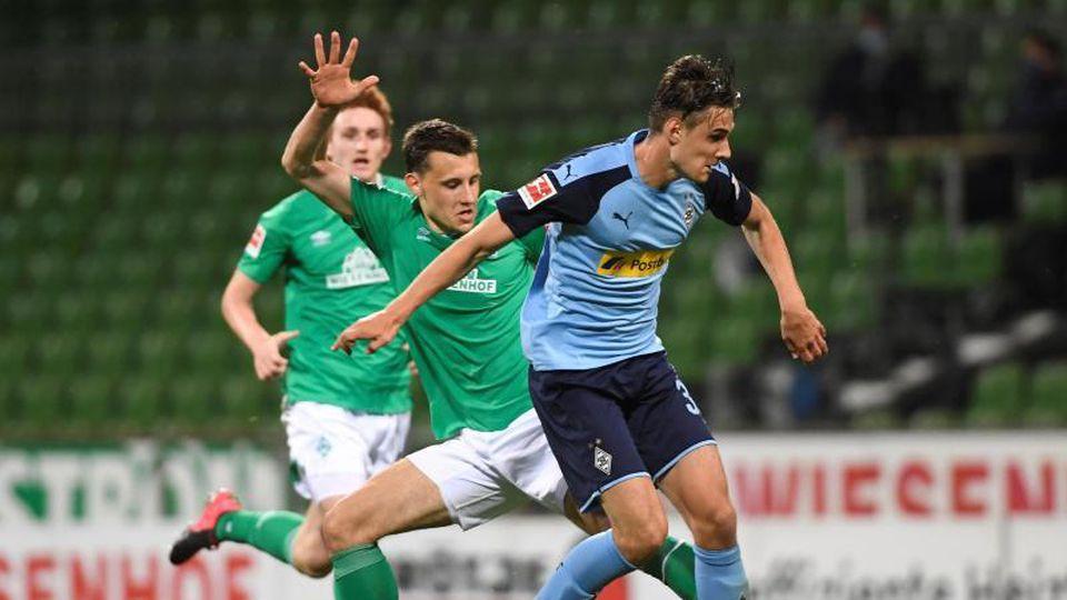 Werder Bremens Christian Gross und Borussia Moenchengladbachs Florian Neuhaus (l-r.) in Aktion. Foto: Fabian Bimmer/reuters - Pool/dpa
