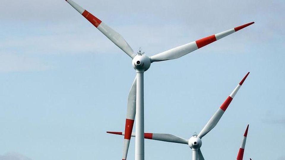 Windräder drehen sich an der A38 bei Querfurt. Foto: Jan Woitas/zb/dpa/Archivbild