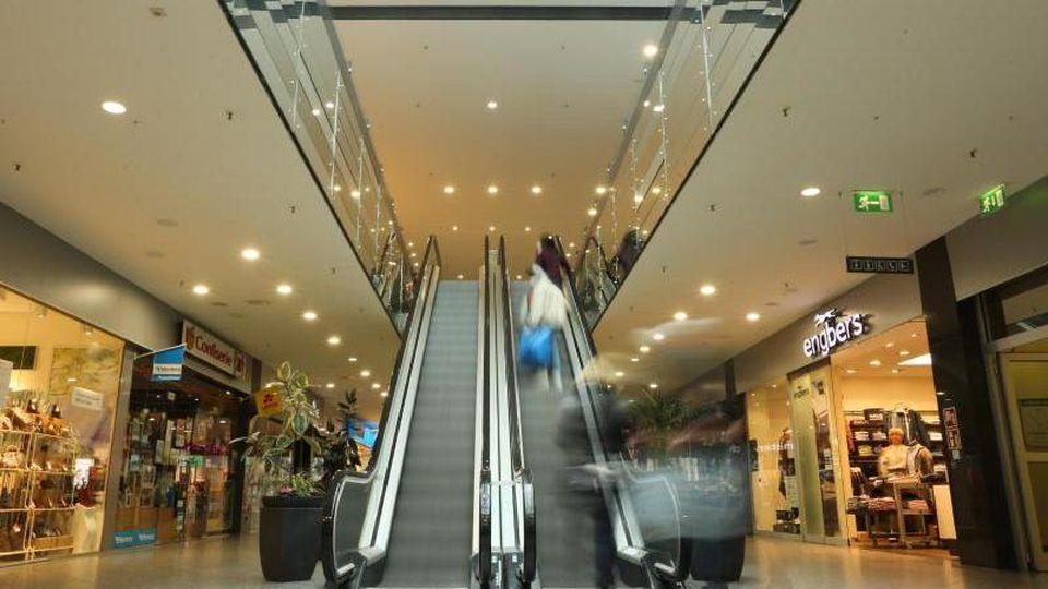 Menschenleer ist eine Einkaufspassage im Stadtzentrum. Foto: Matthias Bein/dpa-Zentralbild/dpa