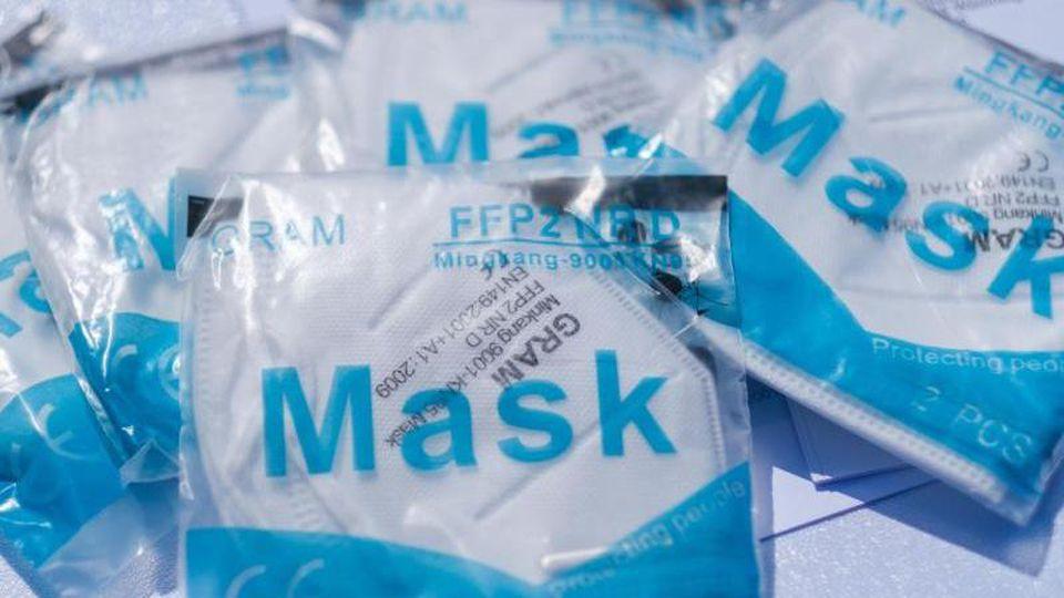 Atemschutzmasken liegen an einem Verkaufsstand. Foto: Ole Spata/dpa/Archivbild
