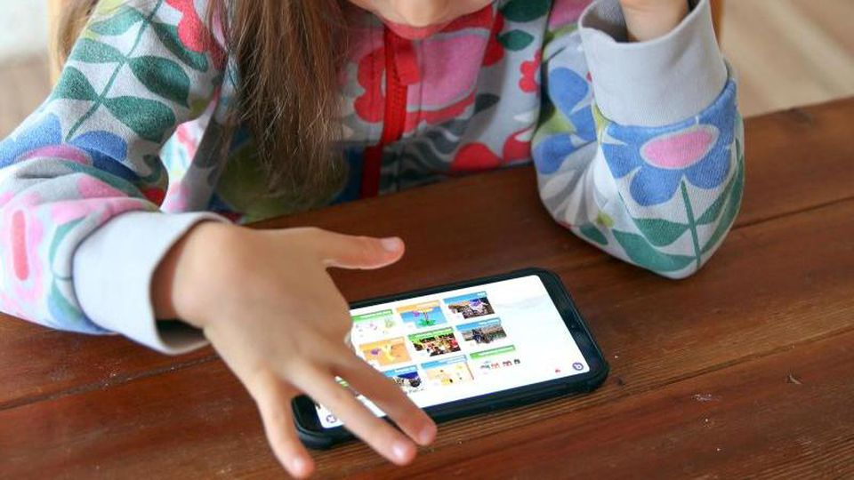 Damit Kinder mit einem falschen Klick nicht Gewaltvideos öffnen oder ungewollte Käufe tätigen, sichern ihre Eltern Mobilgeräte lieber entsprechend ab. Foto: Mascha Brichta