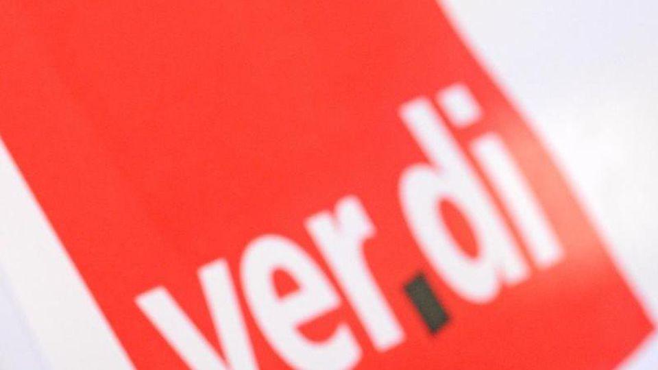 Ein Mann hat am bei einem Warnstreik vor dem roten Verdi-Logo eine Trillerpfeife im Mund. Foto: Patrick Seeger/dpa/Archivbild
