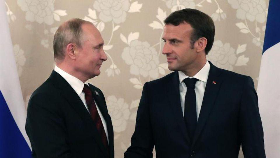 Suchen den Dialog: Kremlchef Wladimir Putin (l) und Frankreichs Präsident Emmanuel Macron. Foto: Mikhail Klimentyev/Pool Sputnik Kremlin/AP