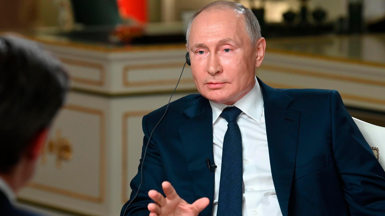 Russlands Präsident Wladimir Putin muss sich in einem Interview unangenehmen Fragen stellen.