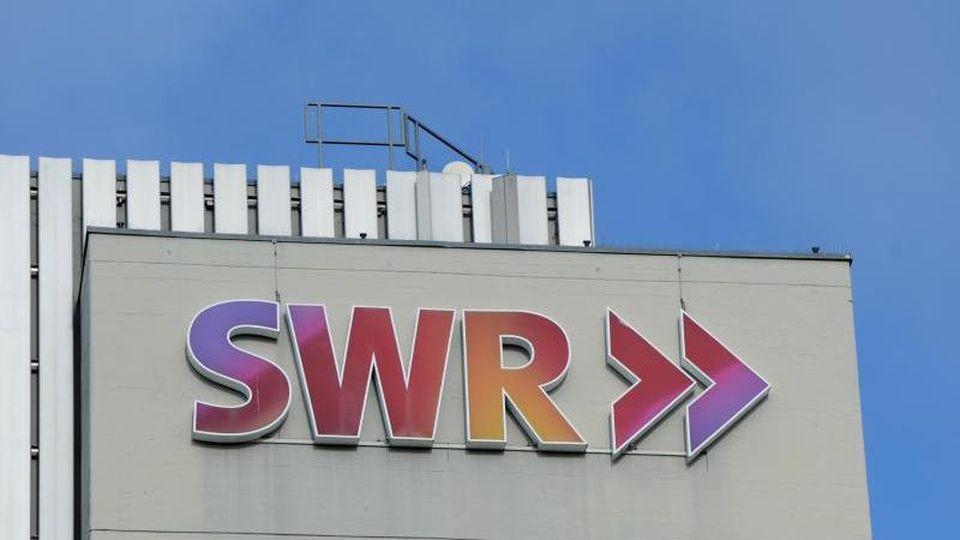 Das Logo des SWR am Funkhaus des Senders in Stuttgart. Foto: Franziska Kraufmann/Archivbild