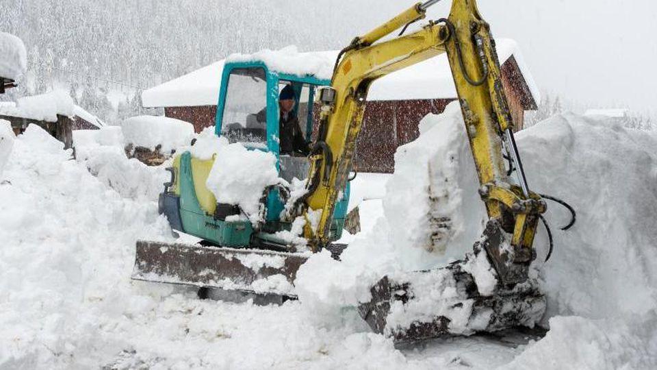 Schneeräumung in Kals am Großglockner: In Österreich wächst aufgrund der starken Regen- und Schneefälle die Sorge vor gefährlichen Hangrutschungen auch in Wohngebieten. Foto: Johann Groder/Expa/APA/dpa