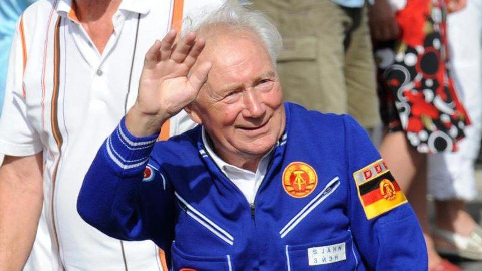 Kosmonaut Sigmund Jähn auf einem Festumzug zum 20. Tag der Sachsen. Foto: Matthias Henkel/zb