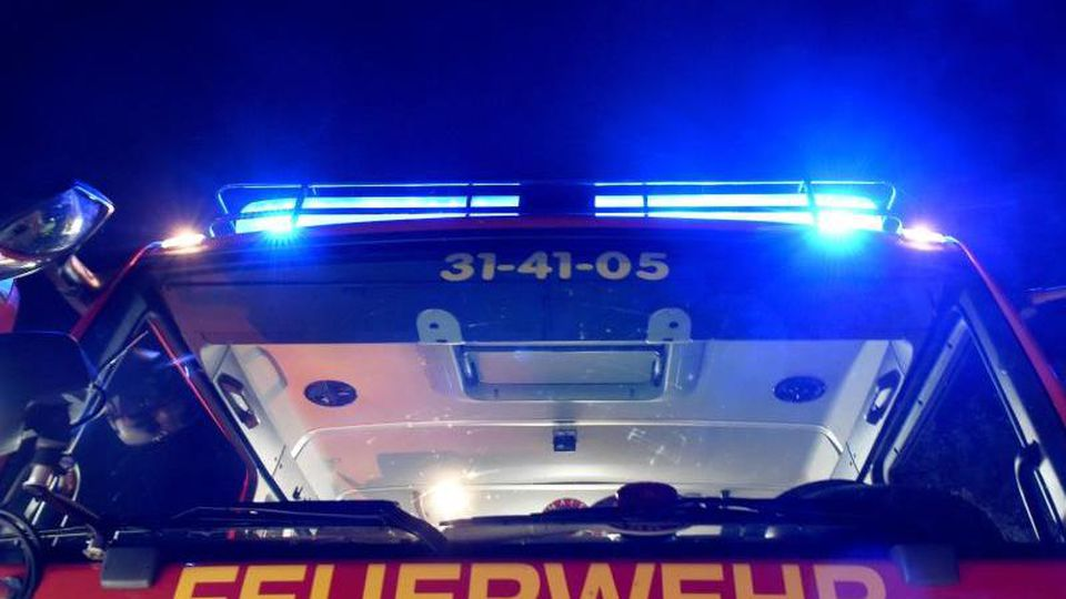Ein Löschfahrzeug der Feuerwehr steht mit eingeschaltetem Blaulicht. Foto: picture alliance/Carsten Rehder/dpa/Archiv/Symbolbild