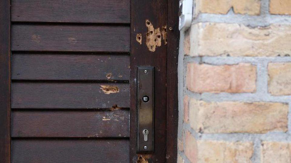 Die Tür der Synagoge, die bei einem antisemitischen Anschlag am 9. Oktober 2019 beschädigt worden ist. Foto: Sebastian Willnow/dpa-Zentralbild/dpa/Archivbild