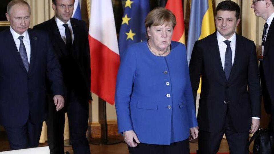 Wladimir Putin, Emmanuel Macron, Angela Merkel und Wolodymyr Selenskyj kommen zum Gespräch zusammen. Foto: Thibault Camus/AP/dpa