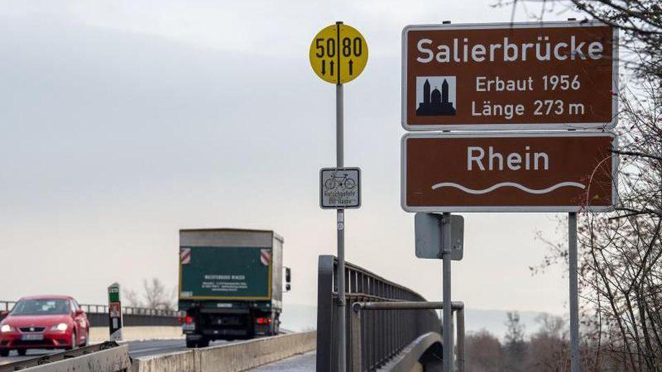 Ein Auto und ein Lkw fahren über die Salierbrücke zwischen Rheinland-Pfalz und Baden-Württemberg. Foto: Silas Stein/Archiv