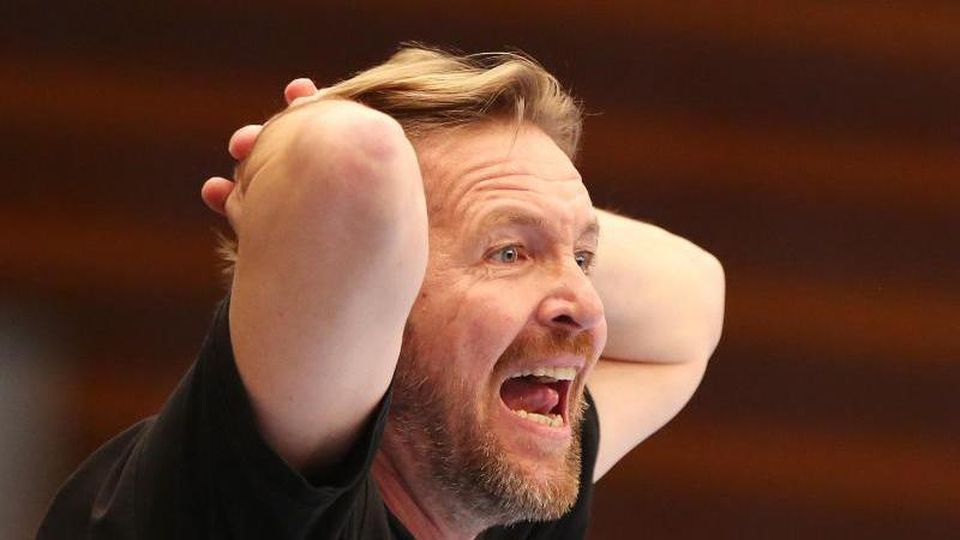 Martin Schwalb, damals bei Hamburg, reagiert am Spielfeldrand. Foto: picture alliance/dpa/Archivbild