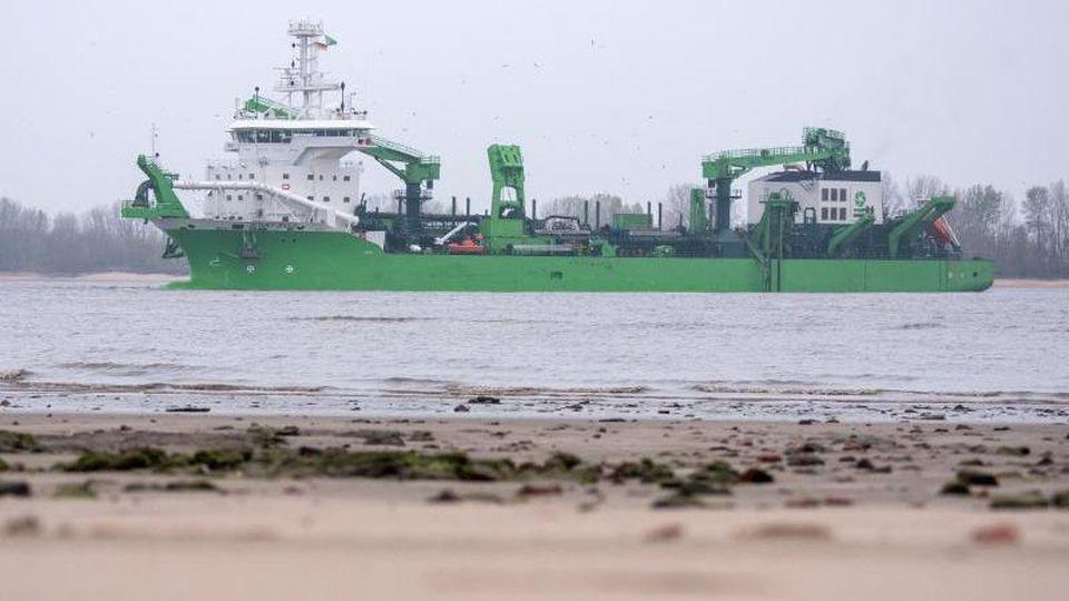 """Das Baggerschiff """"Bonny River"""" auf der Elbe. Foto: Daniel Bockwoldt/dpa/Archivbild"""