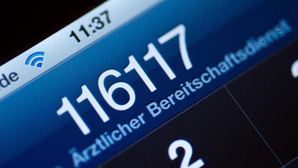 Die Telefonnummer der Hotline 116117 auf dem Display eines Smartphones. Foto: Patrick Pleul/dpa