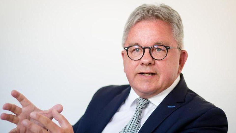 Guido Wolf (CDU) gibt ein Interview. Foto: Christoph Schmidt/dpa/Archivbild