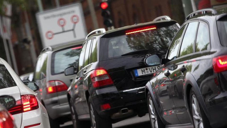 Fahrzeuge stehen im Stau. Foto: Stephan Jansen/dpa/Symbolbild