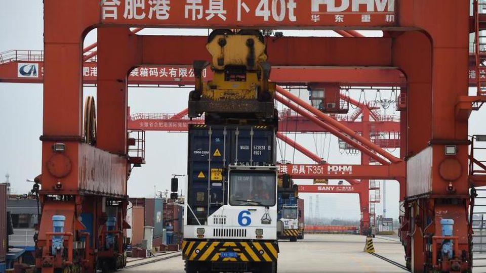 Der Hafen der ostchinesischen Stadt Hefei. Wegen der Ausbreitung des Coronavirus standen viele Fabriken und Häfen in China wochenlang still. Foto: Zhou Mu/Xinhua/dpa