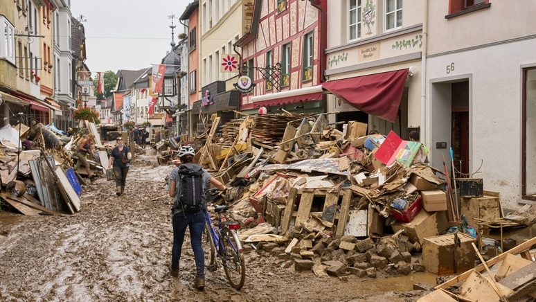 Flutkatastrophe, NRW, Aufräumarbeiten in Bad Münstereifel  (210717) -- BAD MUENSTEREIFEL (GERMANY), July 17, 2021 -- Peo