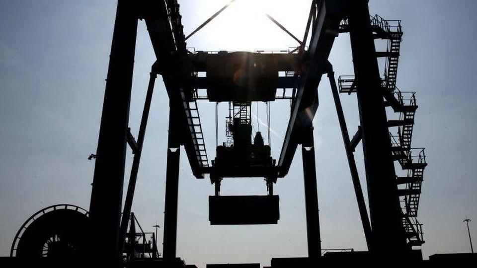 Container werden in Duisburg verladen. Foto: Roland Weihrauch/Archivbild