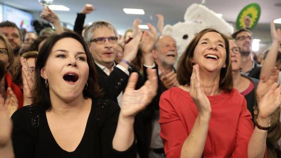Die Grünen-Vorsitzende Annalena Baerbock (l.) und Fraktionschefin Katrin Göring-Eckard jubeln nach der Bekanngabe der ersten Prognose für die Europawahl. Foto: Kay Nietfeld