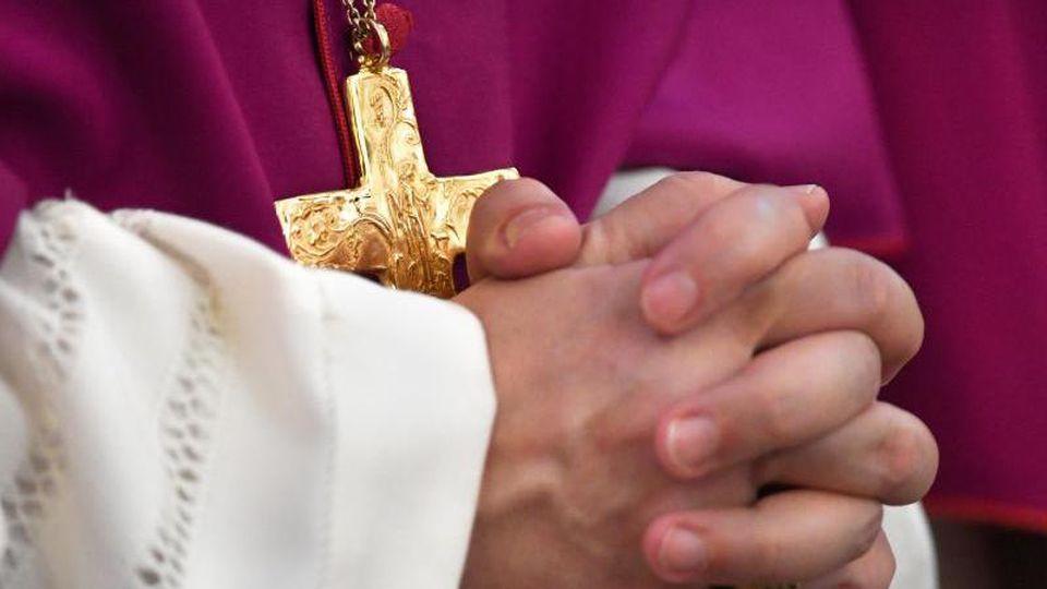 Ein Mitglied der Deutschen Bischofskonferenz hat seine Hände zum Gebet gefaltet. Foto: picture alliance / dpa/Archivbild