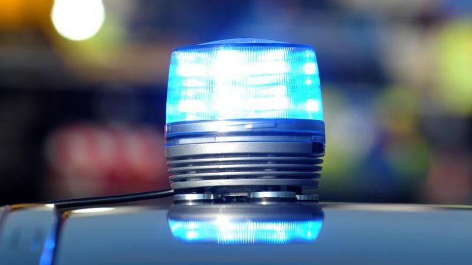 Das Blaulicht eines Streifenwagens der Polizei leuchtet bei einem Unfall. Foto: Stefan Puchner/Archivbild