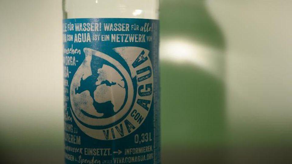 Eine Flasche des Wasserherstellers Viva con Agua. Foto: Sebastian Gollnow/dpa/Archivbild