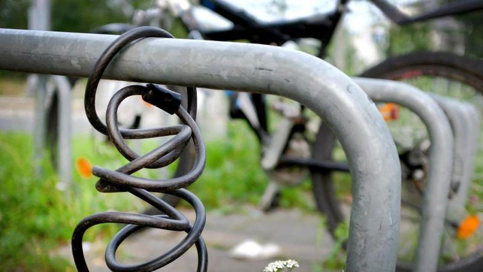Fahrradschloss hängt an einem Ständer. Foto:Martin Gerten/Archiv