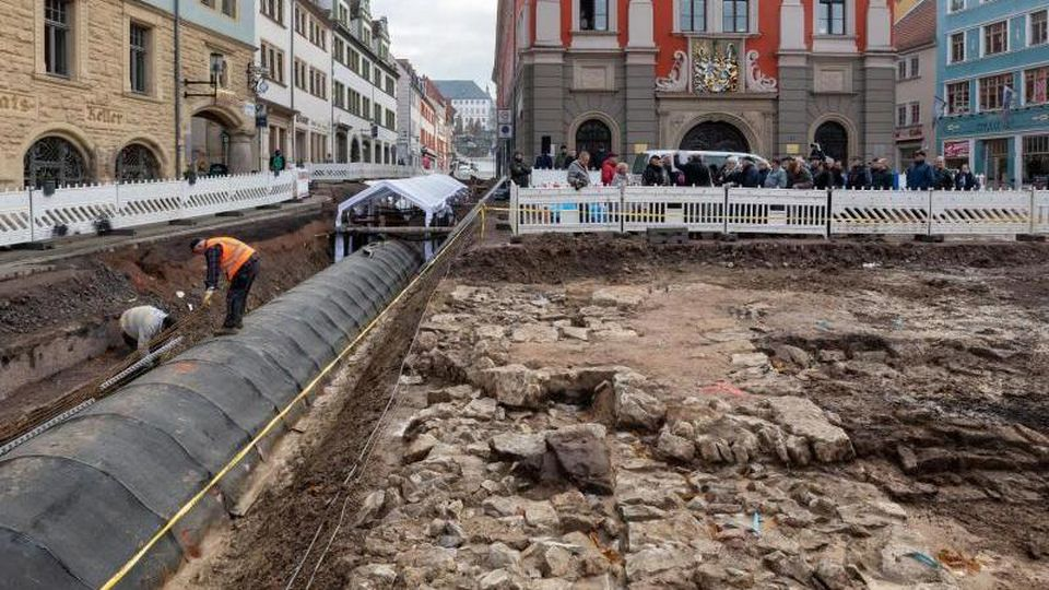 Die freigelegten Überreste der Jakobskapelle am Gothaer Hauptmarkt. Foto: Michael Reichel/dpa