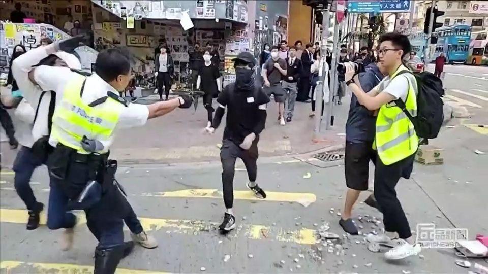Die Proteste in Hongkong sind erneut eskaliert: Ein Polizist schießt einem 21-jährigen Demonstranten in die Brust.