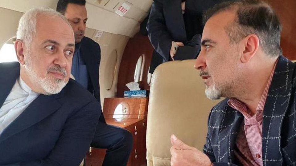 Auf diesem Foto, das auf Twitteraccount des iranischen Außenministers Mohammed Dschawad Sarif veröffentlicht wurde, spricht Sarif (l) mit dem iranischen Wissenschaftler Massud Soleimani an Bord eines Flugzeugs, während sie Zürich in Richtung Teheran, Iran