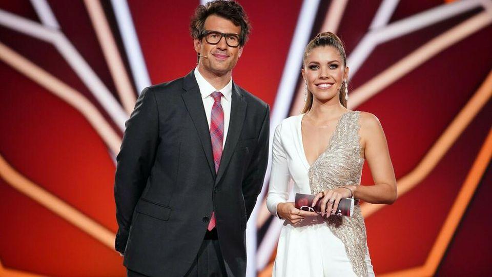 """Die Moderatoren von """"Let's Dance"""": Daniel Hartwich und Victoria Swarovski."""