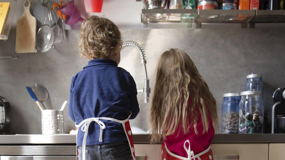 Back view of little boy and girl washing dishes in the kitchen model released Symbolfoto property released PUBLICATIONxINxGERxSUIxAUTxHUNxONLY LITF000235