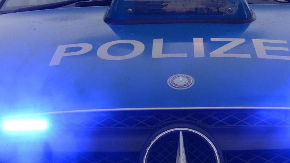 Polizeiwagen mit Blaulicht. Foto: Patrick Seeger/Archivbild