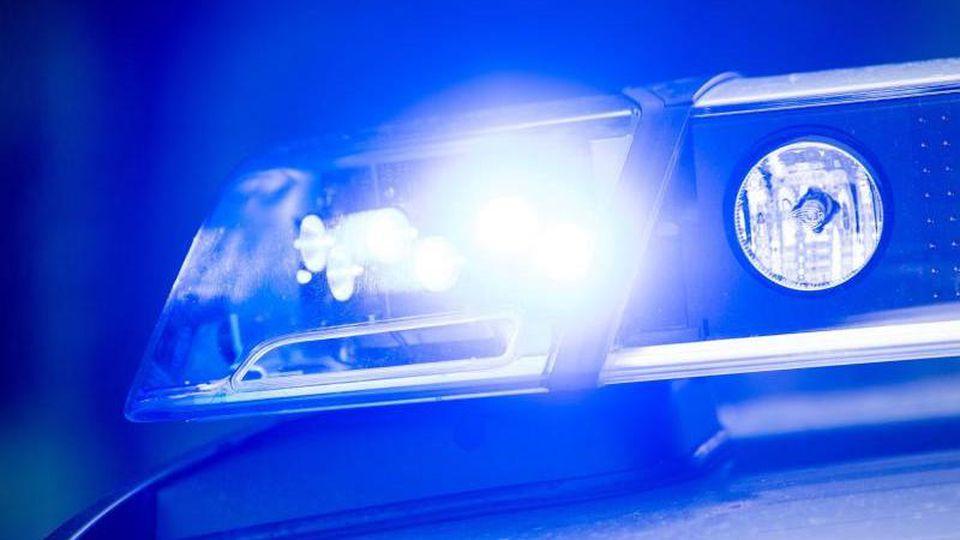 Das Blaulicht auf einemStreifenwagen der Polizei leuchtet. Foto: Lino Mirgeler/dpa/Symbolbild/Archiv
