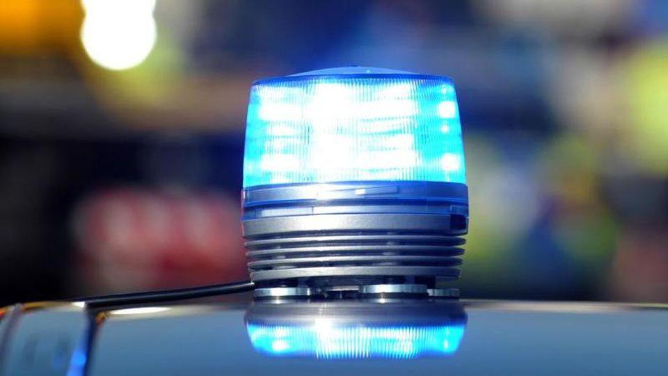 Das Blaulicht eines Streifenwagens der Polizei leuchtet. Foto: Stefan Puchner/dpa/Archivbild