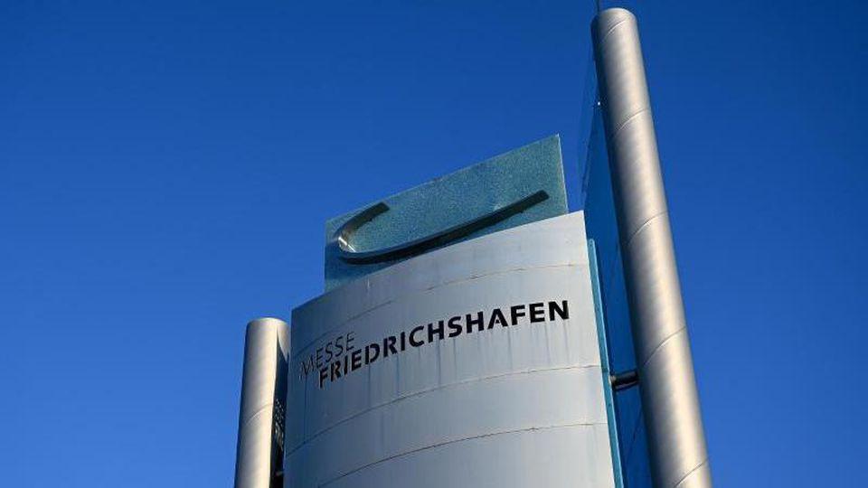 Eine Stehle weist auf die Messe Friedrichshafen hin. Foto: Felix Kästle/dpa/Archivbild