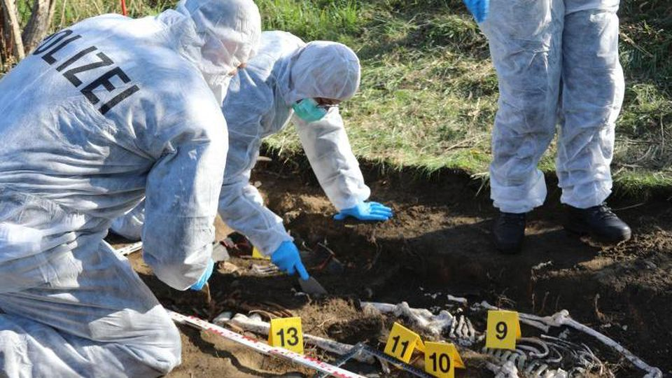 Bei einer Übung zu einem fiktiven Mordfall arbeiten Kriminalisten und Archäologen zusammen. Foto: ---/Hochschule der Sächsischen Polizei /dpa