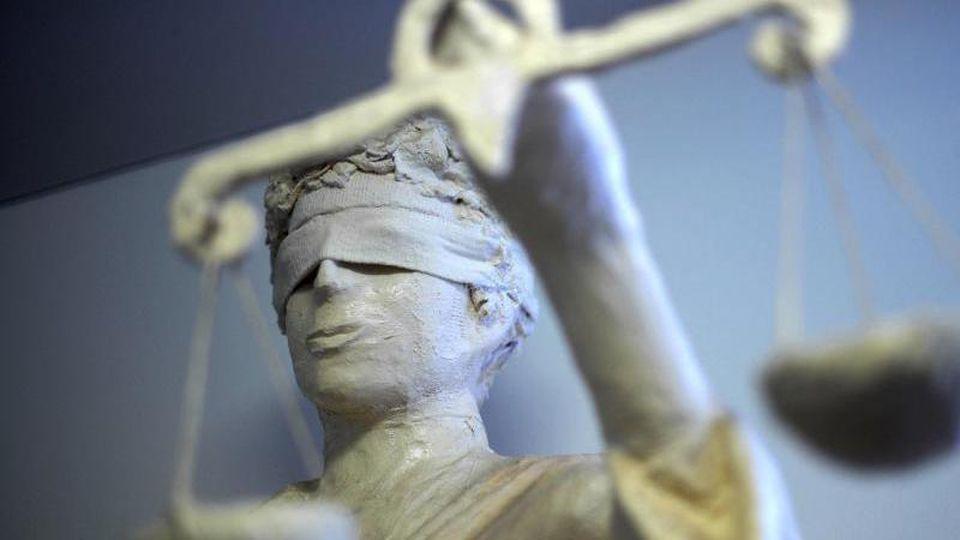 Eine Statue der Justizia. Foto: Peter Steffen/Archivbild