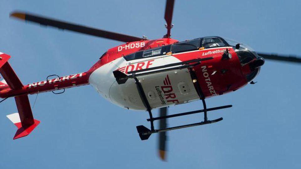 Ein Rettungshubschrauber fliegt während eines Einsatzes zu einem Krankenhaus. Foto: Stefan Sauer/Archivbild