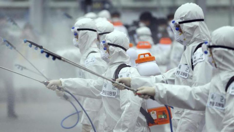 Soldaten der südkoreanischen Armee versprühen Desinfektionsmittel. Die Zahl der Infektionsfälle mit dem neuartigen Coronavirus in Südkorea ist binnen 24 Stunden um fast 600 gestiegen. Foto: Kim Hyun-Tai/YONHAP/AP/dpa