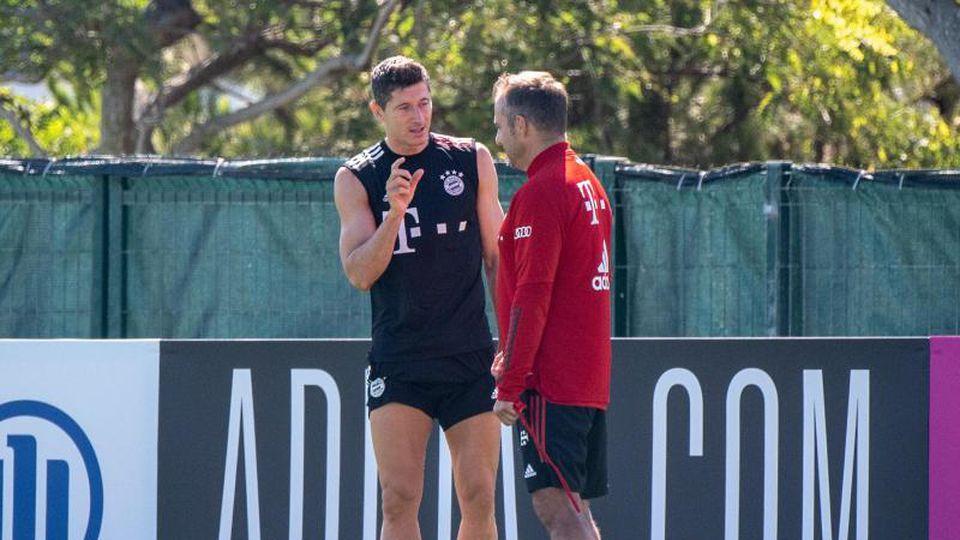 Bayern-Coach Hansi Flick im Gespräch mit Robert Lewandowski. Foto: Matthias Balk/dpa