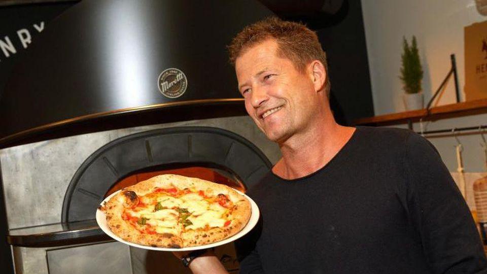 """Til Schweiger bei der Eröffnung seines zweiten Restaurants """"Henry likes Pizza"""". Foto: Georg Wendt/dpa"""