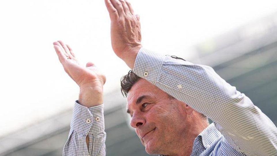Gladbachs Trainer Dieter Hecking verabschiedet sich von den Fans. Foto: Marius Becker/Archiv