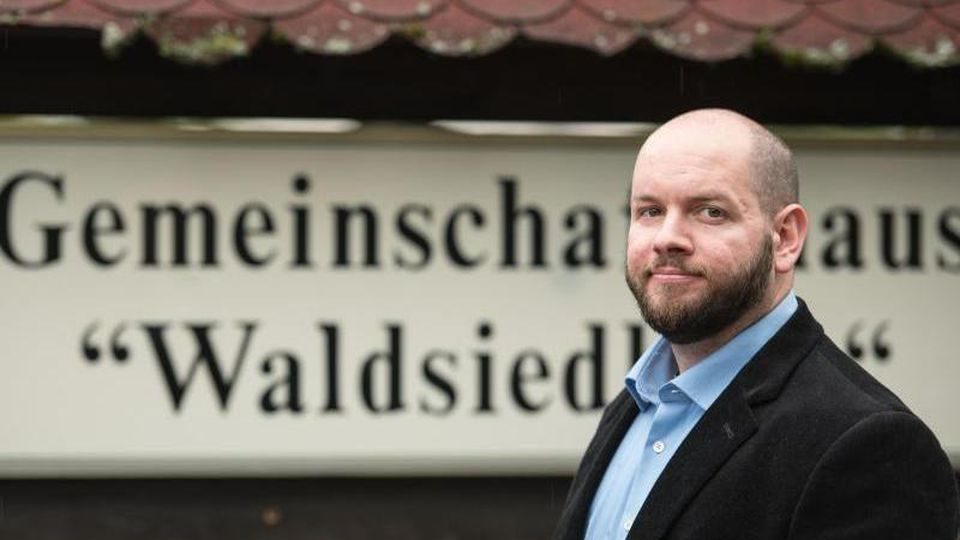 Stefan Jagsch (NPD) steht vor einem Gemeinschaftshaus. Foto: Andreas Arnold/dpa/Archiv